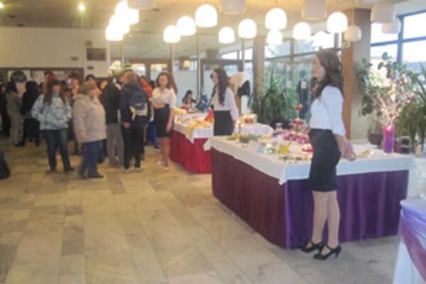 Vianočnú výstavu každoročne v predvianočnom období organizujú študenti SOŠ obchodu a služieb v Čadci.