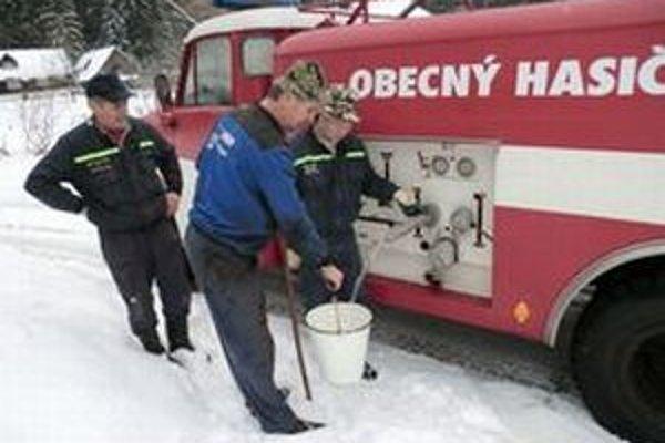 V Klokočove privážajú ľuďom vodu hasičské cisterny.