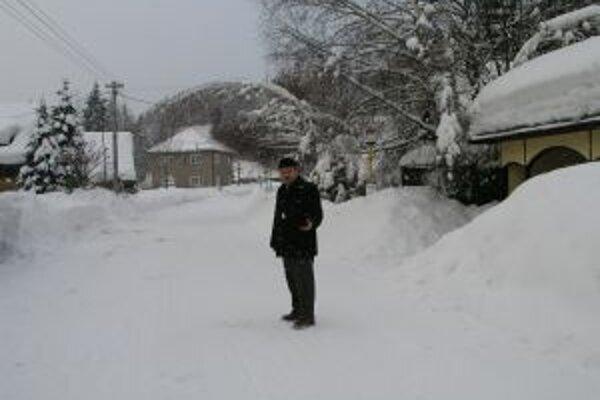 V roku 2006 bola na Kysuciach mimoriadne krutá zima. Na snímke starosta Korne Jozef Kontrík.