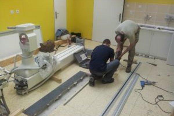 Dodávateľ prístroja v súčasnosti končí stavebné úpravy na novom pracovisku a v krátkom čase začne s montážou nového zariadenia.