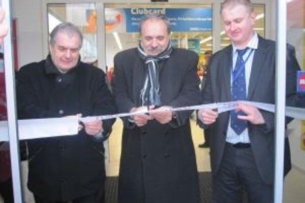 V najmladšom meste na Kysuciach otvorili prvý väčší supermarket. Pásku pri jeho otvorení prestrihol aj primátor mesta (v strede) Jozef Grapa.