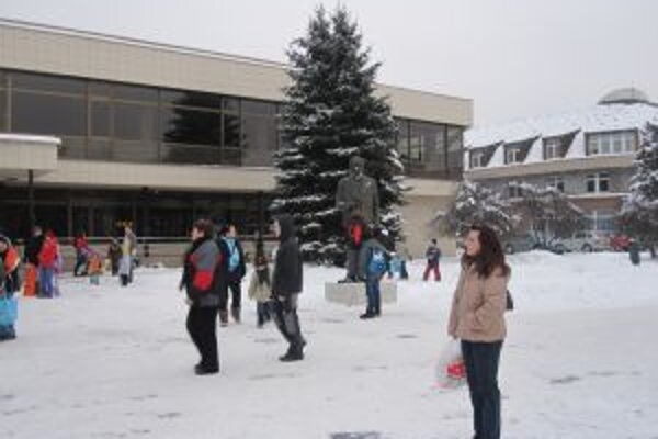 V tomto zimnom období je vďačným terčom útokom snehových gúľ miestnych detí.
