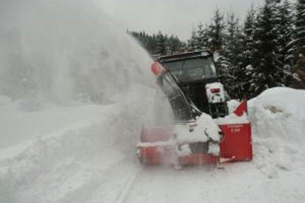 V Klokočove leží na niektorých miestach aj dvojmetrová vrstva snehu.