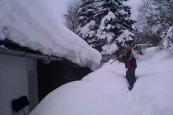 V niektorých osadách siaha sneh až po strechy príbytkov.