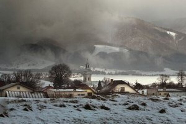 Na obec Príbovce tiahnú ťažké mraky.