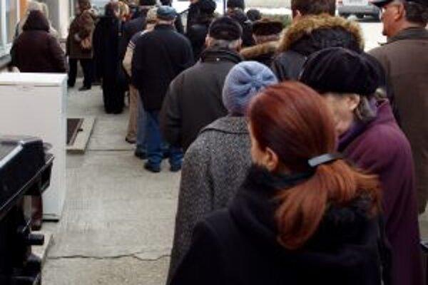 Ľudia čakajú na prepis bezcenných papierov z kupónovej privatizácie v dlhých radoch celé hodiny.