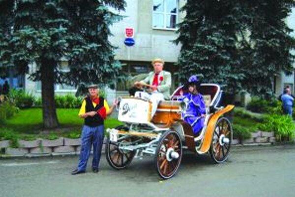 Antonín Pavelka s kontesou na elektromobile Dora. Nechýba ani predbežec.