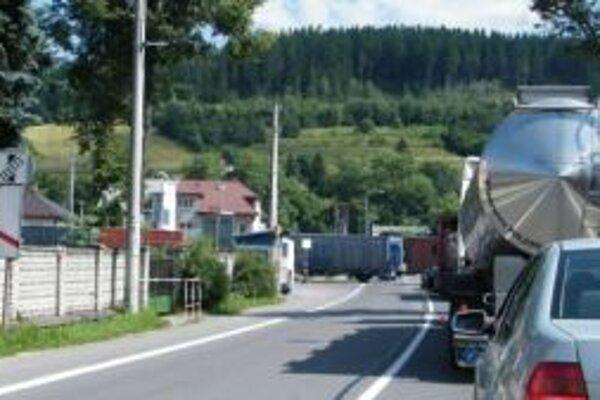 Cesta cez Svrčinovec smerujúca do Českej republiky, býva často neprejazdná. Problémom sú kamióny. Celý problém by vyriešila diaľnica.