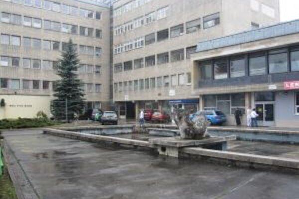 Kysuckú nemocnicu navštevujú nielen pacienti. V noci slúži niektorým ako nocľaháreň.