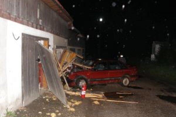 Počas jazdy narazil 13-ročný chlapec do murovanej garáže.