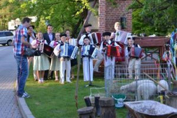 Obecné podujatia sprevádzajú v obciach a mestách väčšinou miestne folklórne skupiny, ktoré spievajú piesne zo svojho repertoáru, prípadne ľudové piesne.