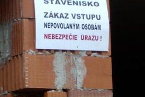 Stavenisko školy v Turzovke – Závodí chátra.