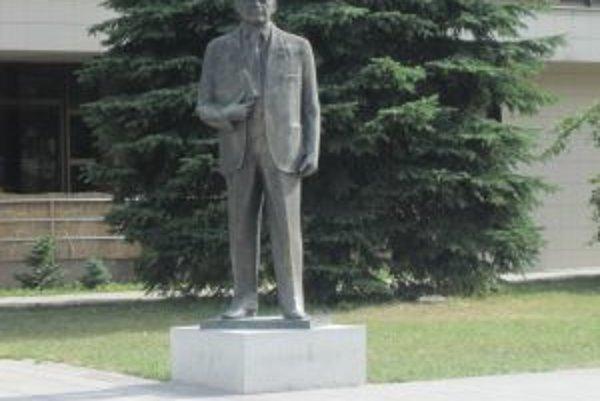Socha Petra Jilemnického zažila krušné časy. Teraz stojí opäť v Čadci. Mesto uvažuje o jej premiestnení.