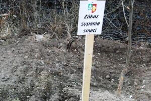 Niektorí neváhajú priniesť odpad k brehom rieky Kysuca.