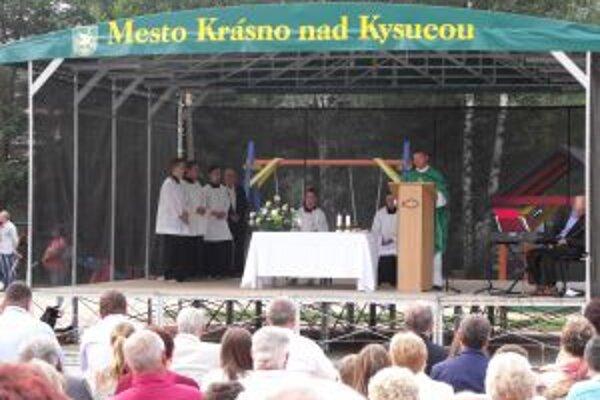 Nedeľné slávnosti otvorili sv. omšou na námestí.