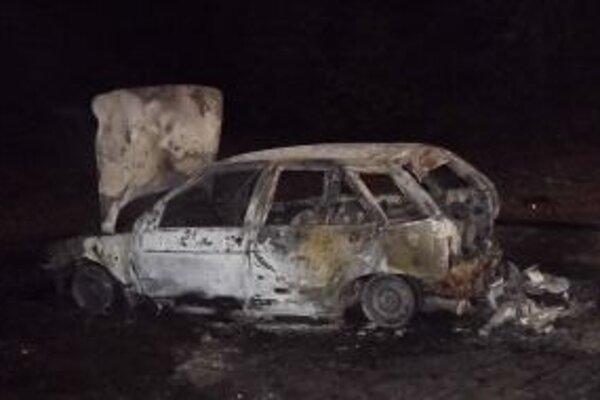 Hasiči našli v aute zhorené telo.