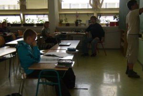 """V základnej škole našli spôsob ako """"zachrániť"""" dlhochybajúcich žiakov od komisionálnych skúšok."""