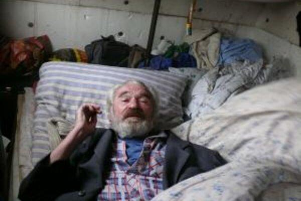 Vasil v minulosti prednášal na vysokej škole, má niekoľko titulov. Dnes žije v maringotke.