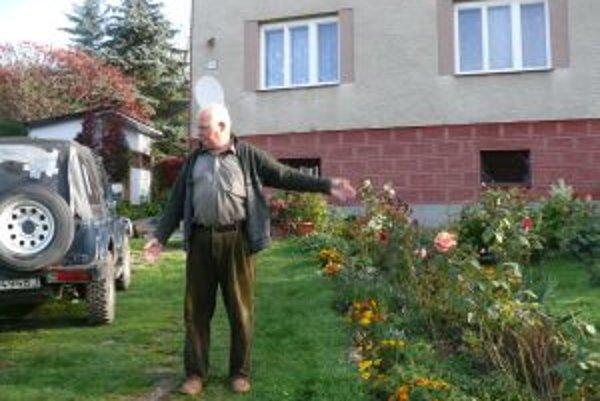 Ján Krkoška z osady U Manči hovorí, že cesta bude viesť osem metrov od jeho domu.