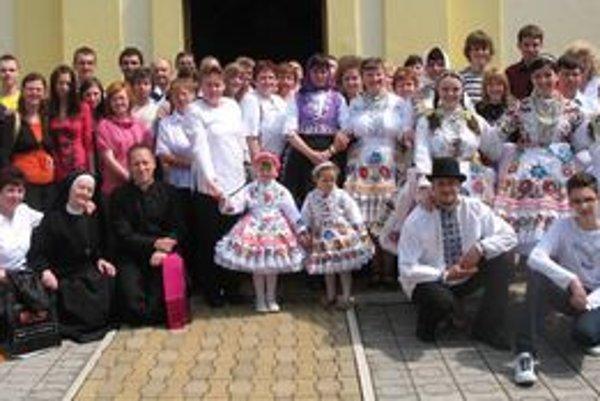 Členovia zborov z Čadce priniesli rodákom v Srbsku okrem krásneho spevu aj kúsok rodiska ich predkov.