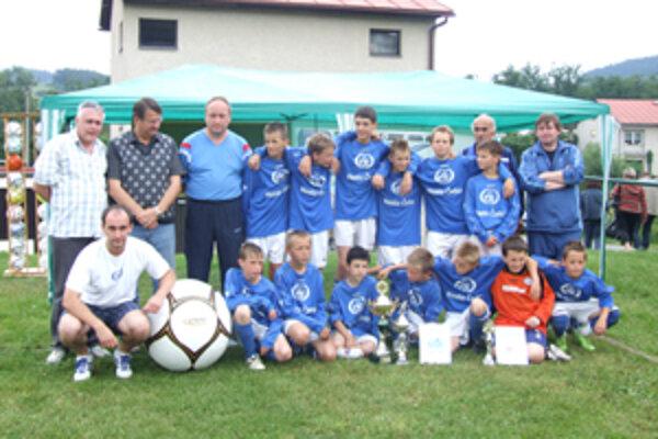 Víťazný tím FK Čadca spolu s organizátormi.