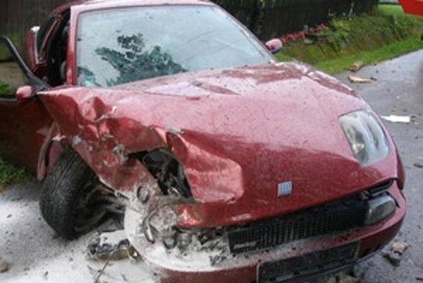 Vodič i spolujazdec skončili s ťažkými zraneniami.