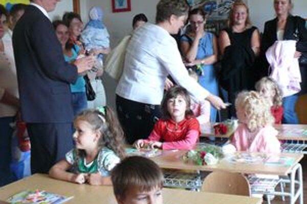 Sladké privítanie si pre prvákov pripravila prednostka Krajského školského úradu v Žiline Zuzana Akantisová. Každý z nich dostal od nej veľkú lízanku.