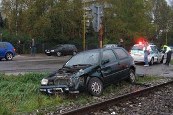 Vodič Volkswagenu Golf nereagoval ani na výstražné znamenia rušňovodiča. Nehodu však prežil.