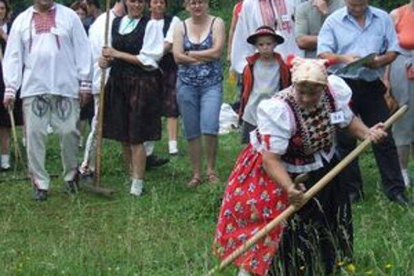 Do súťaže v kosení trávy Na kysuckých lúkach sa v skanzene vo Vychylovke zapojili aj ženy.