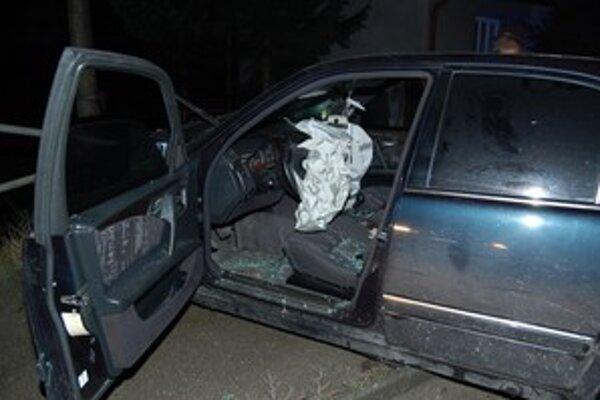 Auto po výstreloch nabúralo do zvodidiel.