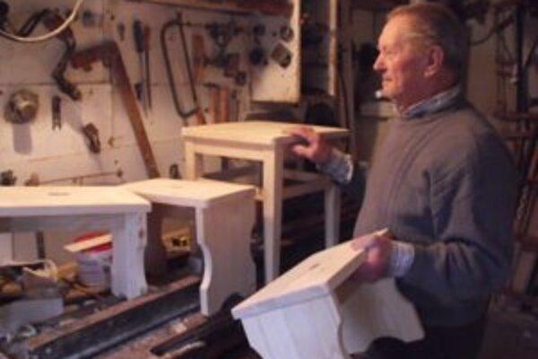 """Vo svojej malej dielničke vyrába """"hokerlíky"""" a spomína na všetko, čo vo svojom živote prežil."""