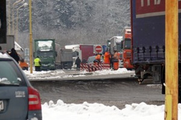 Kamionistov na hranici počas víkendu ubudlo.