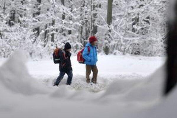 Školáci z kysuckých osád sa musia do školy brodiť snehom.