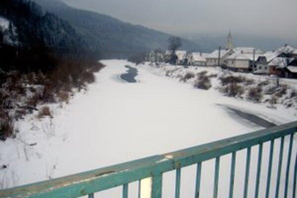 Telo muža našli pri brehu rieky Kysuca.