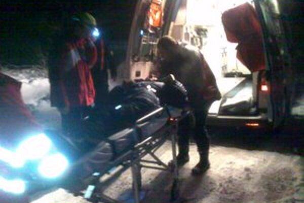 Kým zraneného naložili do sanitky, museli záchranári prejsť kilometre v snehu a závejoch.