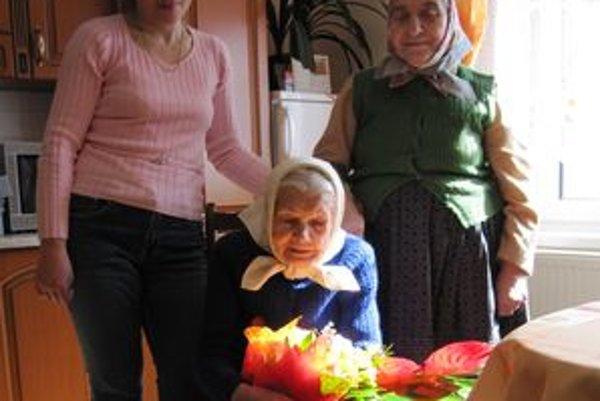 Oslávenkyňa. V spoločnej domácnosti žije s manželkou nebohého syna Helenou a vnučkou Hankou a jej rodinou.