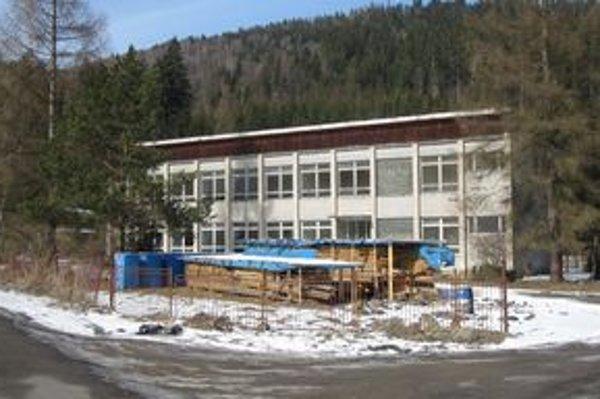 Škola U Tarabov. Budova je v súčasnosti prázdna a chátra.
