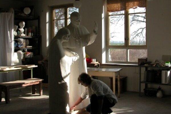 Bronzové  súsošie Matky Terazy a Jána Pavla II. bude stáť na vyvýšenej pomyselnej chlopni srdce.