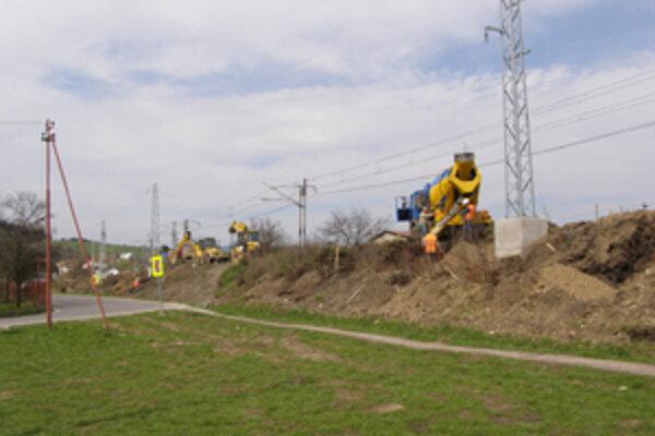Práce na trati sprevádza hluk, prach, aj blato.