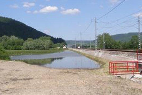 Voda nemá kde odtekať, hromadí sa v blízkosti trate.