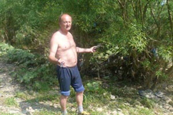 Ľuboslav Drozdek hovorí, že s odpadmi, ktoré sa hromadia pri brehu, nikto nič nerobí.