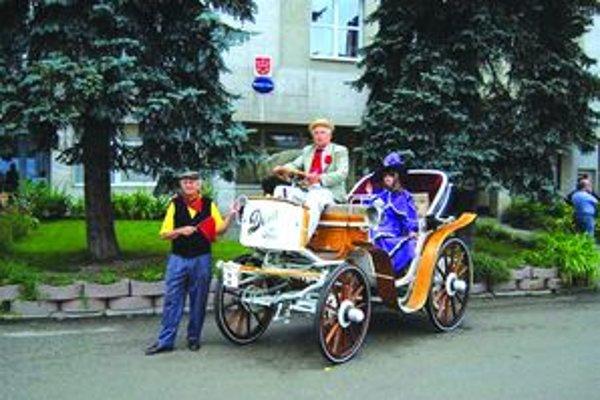 Antonín Pavelka s komtesou na elektromobile Dora. Nechýba ani predbežec.