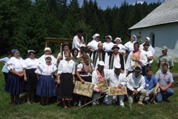 Každoročne doprevádza súťaž v kosení aj niektorá z kysuckých folklórnych skupín.