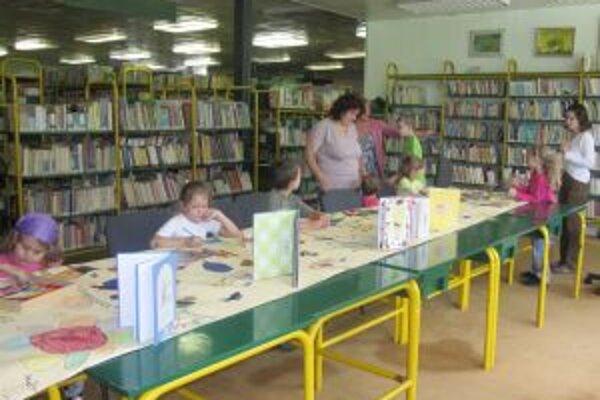 Deti v knižnici. Prázdninové dopoludnia si veľmi obľúbili.