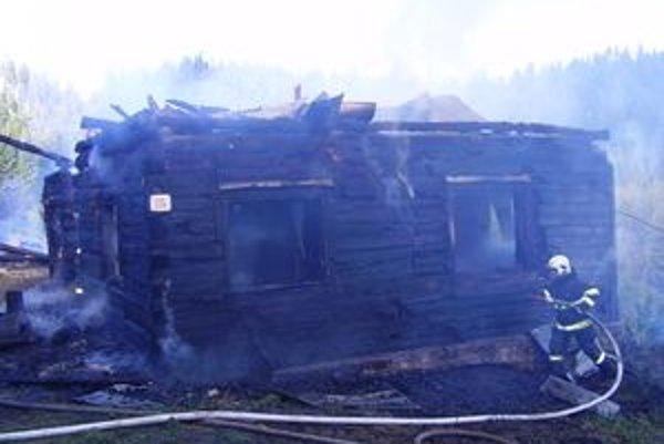 Prečo oheň zachvátil drevenicu na lazoch, zatiaľ nevedia. Na mieste boli aj policajti so špeciálnymi psami.