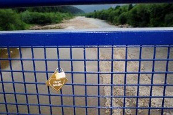 Zámky s vizitkami priatelia či zaľúbené páry môžu zamknúť na Moste priateľstva a lásky.