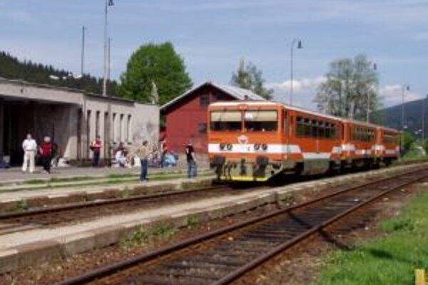 Vlak sa zrazil s oboným autom.