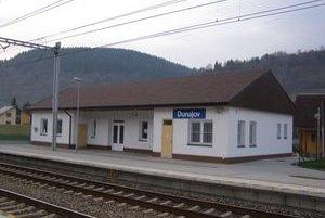 Stanica v Dunajove je zatvorená, cestujúci si lístky kupujú vo vlaku.