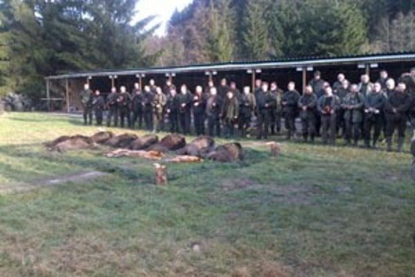 Na spoločnej poľovačke sa podarilo odstreliť osem diviakov a štyri líšky.