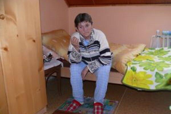 Bezdomovkyňu Kristínu prichýlili v čadčianskej charite po tom, ako jej omrzli v stane nohy.